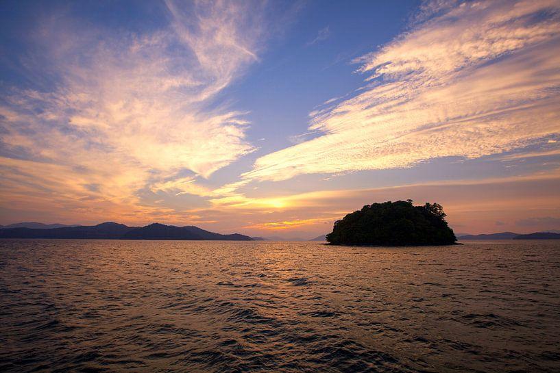 Prachtige zonsondergang op de Andaman zee, Phangnga-Provincie, Thailand van Tjeerd Kruse