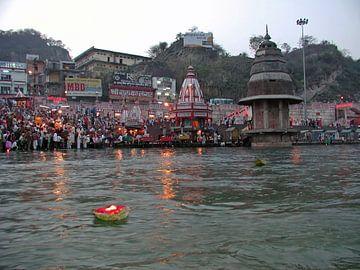 Avond puja aan de rivier de Ganges in India bij zonsondergang van Nisangha Masselink