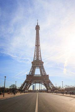 Tour Eiffel avec rétro-éclairage de la route sur Dennis van de Water