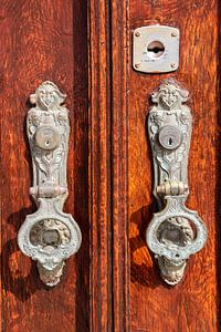 deur kloppers in Tavira in Portugal van
