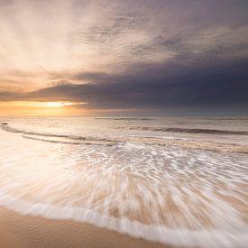 Zonsondergang op het breedste strand van Texel van Ton Drijfhamer