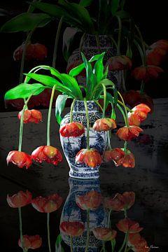Hollands stilleven delfsblauwe vaas met oranje  tulpen in de stijl van de Hollandse  meesters van ina kleiman