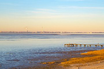 Uitzicht over de Jade Bay naar Wilhelmshaven, van Rolf Pötsch