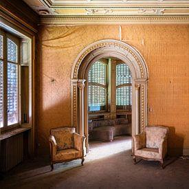Stoelen in Verlaten Villa. van Roman Robroek
