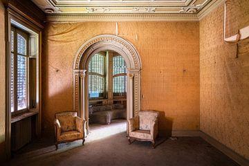 Stühle in verlassener Villa.