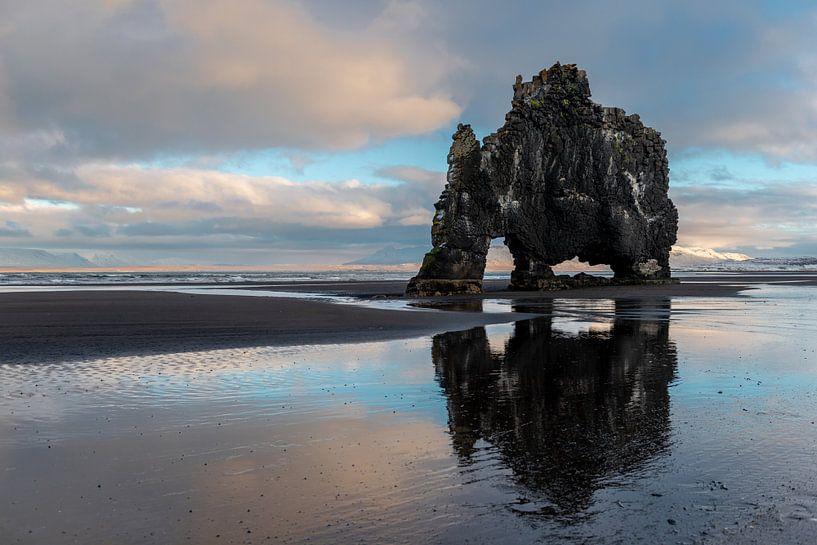 Hvitserkur, de dinosaurus van Noord IJsland van Gerry van Roosmalen