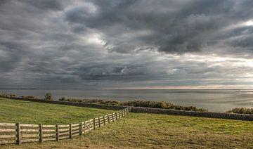 Zicht op het IJsselmeer vanaf de kust van Gaasterland van Harrie Muis