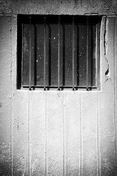 Fenstergitter Betonwand von Jan Brons