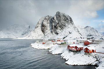 Hamnøy Rorbuer en de berg Olstinden van Nando Harmsen