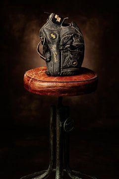 Oude, zwarte, honkbal handschoen van Herman IJssel BWPHOTO
