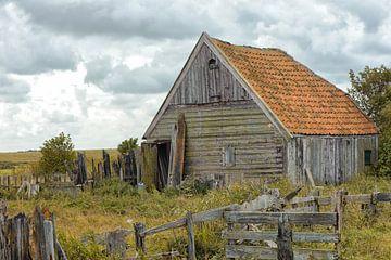 Oude houten schuur op Texel van Rene du Chatenier