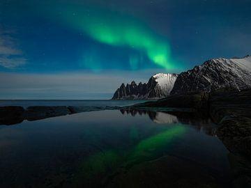 Nordlicht über den Bergen von Senja in Norwegen von Jos Pannekoek