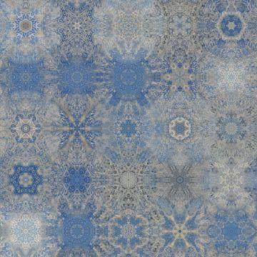 Abstract sneeuwvlokken patroon in blauw en zilvergrijs van Maurice Dawson