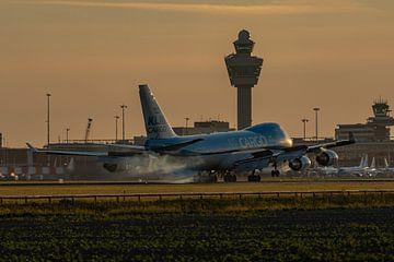 Vroege vogel! 1 van de 4 Boeing 747-400 ERF vrachtkisten van Martinair Cargo (in KLM kleuren) is in  van Jaap van den Berg