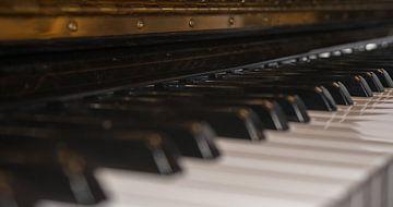 Close-up van een piano toetsenbord. van Michel Knikker