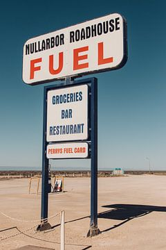 Retro tankstation bord langs de weg in Australie van Guido Boogert