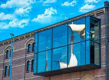 Reflectie in het raam van een pakhuis, van zeilen, Sail Amsterdam van Rietje Bulthuis