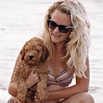 Mooie vrouw en puppy op arm van Kim Groenendal