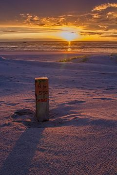 Zonsondergang strand Katwijk en Noordwijk. van Menno van Duijn