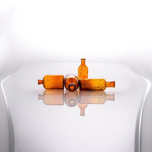 Modern stilleven met antiek glazen flesjes [vierkant]
