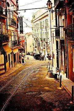 Straatje in Lissabon van Ruud Lobbes