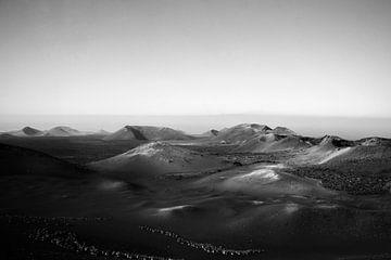 Vulkanlandschaft auf Lanzarote in schwarz-weiß | Kanarische Inseln von ellenklikt