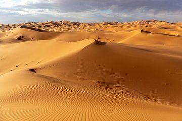 Woestijn en blauwe hemel - landschap.  Marokko Afrika van Tjeerd Kruse