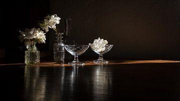 Stilleben mit weißen Rosen - dunkel von Studio Petra Moes
