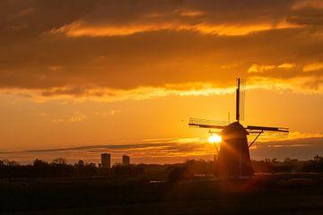 Warmer und lebendiger Sonnenaufgang über der Windmühle von Digikhmer