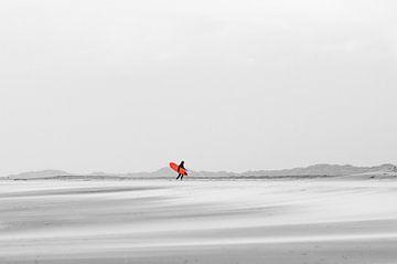 Das rote Surfbrett - Midsland Beach by the Sea, Terschelling von Surfen - Alex Hamstra Photography