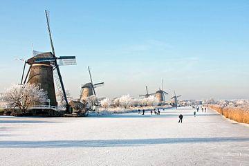Schaatsen bij Kinderdijk in de winter in Nederland sur Nisangha Masselink