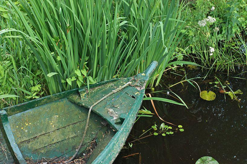 Groen stilleven aan de waterkant. van Gert van Santen