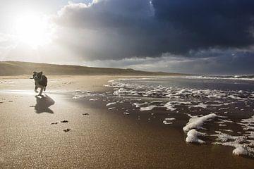 wolkenlucht boven het strand sur Dirk van Egmond