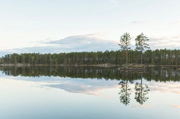 Rustig water bij zonsondergang in Noorwegen (Åbogen - Øyungen) van Marcel Kerdijk