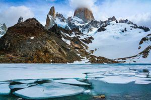 Berglandschap bij Fitz Roy met meer en eierschalen in de Argentijns-Chileense Andes