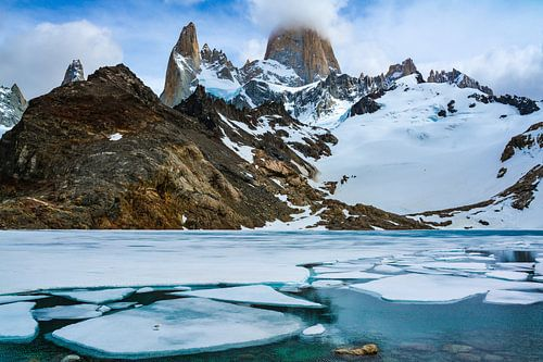 Berglandschaft am Fitz Roy  mit See und Eischollen in den argentinisch-chilenischen Anden von