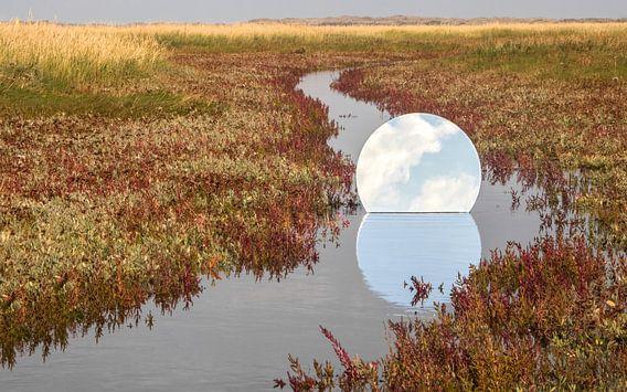 Ronde spiegel in de Slufter op Texel van Cynthia van der Brugge