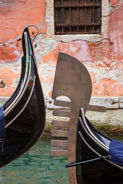 Silhouetten van gondels in Venetië van Arja Schrijver Fotografie