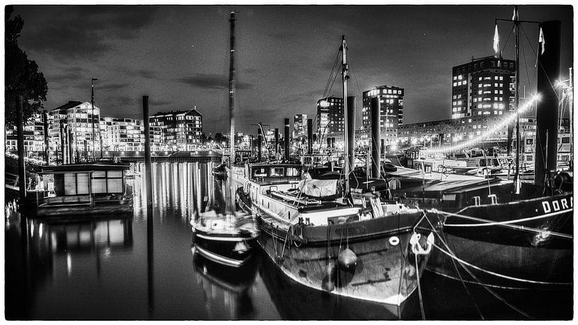 Nijmegen by night #4 (zwart wit) van Lex Schulte