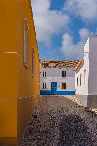Een typisch portugese straat, Vila do Bispo, Algarve, Portugal van