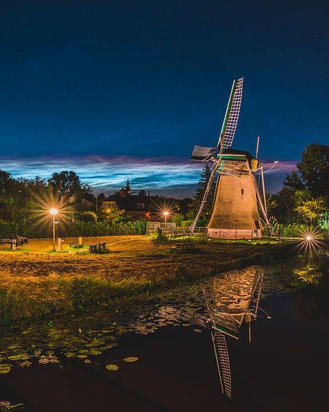 ''Zemelmolen'' moulin avec nuage noctulescent, Lisse Netherlands (portret sur Dave Adriaanse