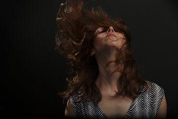 Vrouw met zwierend haar van Atelier Liesjes
