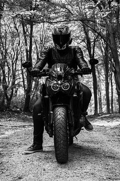 Motorrijder in het bos van Nynke Altenburg
