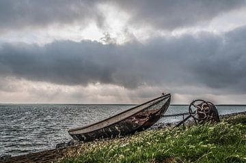 Zonnestralen boven het IJsselmeer van