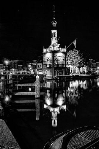 De oude haven van Alkmaar met de accijnstoren in Zwart Wit fotografie