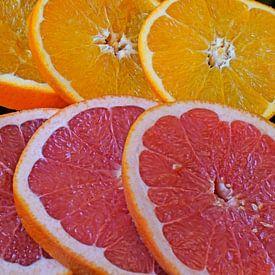 Citrusvruchten in plakjes gesneden en op een zwarte serveerplank gelegd van Babetts Bildergalerie