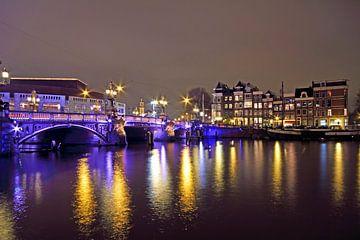 Amsterdam bij nacht bij de Blauwbrug aan de Amstel van Nisangha Masselink