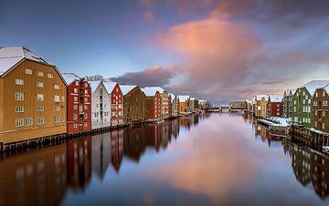 Pakhuizen in Trondheim, Noorwegen van Adelheid Smitt