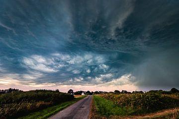 Des nuages orageux spectaculaires passent au-dessus d'un petit village breton