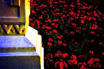 Veld rode rosen aan de voeten van een pilar van Gerrit Neuteboom